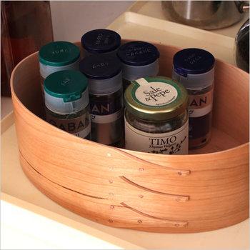 使用頻度の高い調味料をボックスにひとまとめ。クッキングの際、手に取りやすく、そのままテーブルに出せるのも便利です。