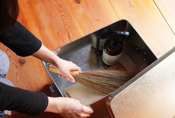 ボックスの中に入っているのは簡易の掃除グッズ。気が付いた時にササッときれいにできます。