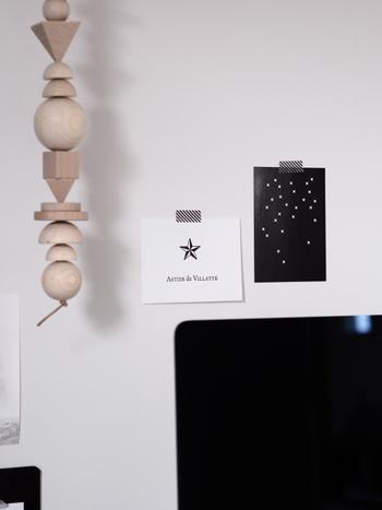 貼ってはがせるというマステの基本を有効に使ったのがこちらのアイデア。マステを使って可愛いポストカードを壁に貼れば、ポストカードも壁もテープの跡をつけてしまうことはありません。