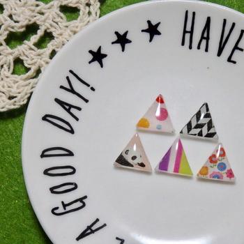 こちらは三角にしたマステピアスです。三角にするとデザイン性がアップしますね。背景が白いお皿に置いておくと、お洒落なインテリアにもなりますよ。