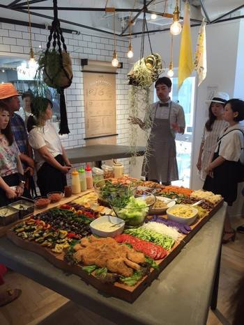 生まれも大阪という堀田裕介さんは、関西を拠点に活動するクリエイティブチーム、grafのカフェのシェフとして活躍された後、フリーランスとして、ケータリング、イベント、メニュー開発、食育など、様々な分野で活動されてきました。独自のアーティスティックな感性をテーブル上で開花させ、「foodscape!」として、ケータリングやイベントなどのビジネスを展開。国内の生産の現場に通じ、食の在り方や未来を考え行動する姿勢に、多くの支持を得てきました。