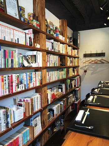 平凡社で営業をされていたオーナーが集めた、1200冊の本に囲まれるカウンター9席。ご夫妻で運営されるアットホームな雰囲気の中、書籍談議に花が咲き、つい飲む過ぎることも。