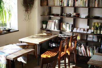 階段を上がった2階にあり、5テーブルとカウンター席のこじんまりとして、落ち着ける空間。料理や器、民俗学の本など本棚にある図書(雑誌・マンガ除く)は、2週間借りることもできます。