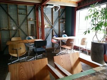 一軒家をリノベーションした店内は、トタンやすだれ、デザインがバラバラの椅子など、ほどよい抜け感が離島な雰囲気を醸し出しています。