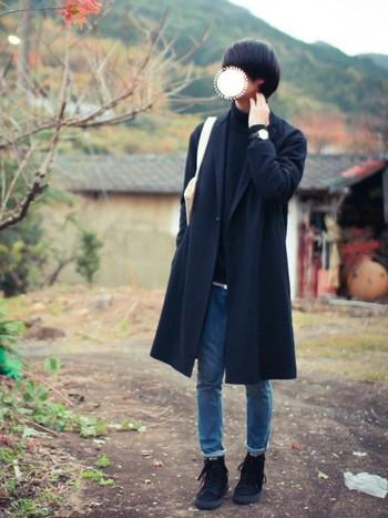 主役のチェスターコートをはじめ、全体的にブラックでまとめたクールな印象ですが、デニムや足元のスニーカーで程よいぬけ感に。 無駄な要素が一切感じられないようなシンプルかつ等身大の着こなしが好印象です。