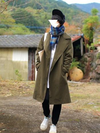深みのある色合いのオーバーコートとチェックのマフラーがオシャレなコーディネートの足元には、断然、スニーカーの組み合わせがgood! 細身のパンツとの相性も良く、だぼっとしたシルエットのコートは羽織るだけで絵になりますね。