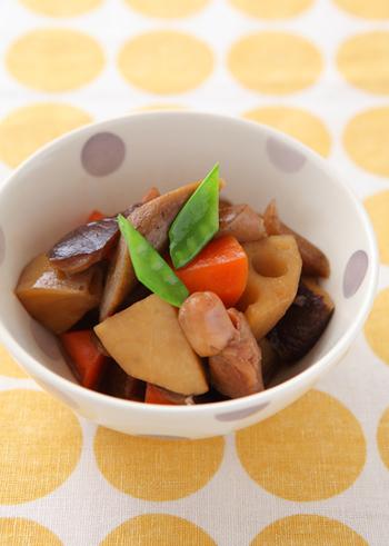 根菜が旬の冬の季節にぜひ作ってほしい筑前煮。彩り豊かなので、質素になりがちな和の食卓に華を添えてくれます。