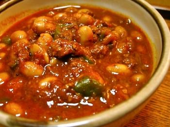 スタミナをつけたい夏場にもおすすめ◎みじん切りにしたタマネギとひき肉を炒めて、チリパウダーを加えて香りを出します。トマト缶や水煮豆などを入れて、さらに煮込みましょう。圧力鍋がなくても挑戦できるお手軽レシピです。