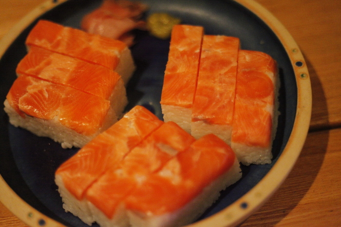 自分で寿司を握ろうとするとすし飯が手にくっつき、見た目も味もいまいち…でも、ちらし寿司よりちょっと贅沢に寿司を味わいたい!そんなときにおすすめなのが、押し寿司です。押し寿司なら素人でも簡単に作ることができます。