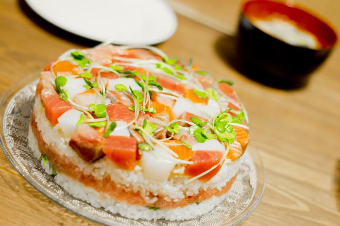ちょっとしたパーティーに押し寿司はおすすめ。華やかな見た目は、ケーキ代わりにもなります。甘いものが苦手だという方はぜひ取り入れてみては?