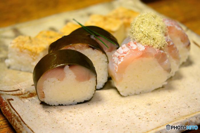 押し寿司はお弁当にするのもあり。大切な結婚記念日を祝して押し寿司を入れてみるのも良いですし、ケンカした翌日の仲直りを込めて作ってみるのも良いかもしれません。