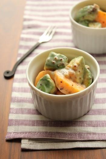 柿とアボカドはどちらもよく熟したものを使うと、とろりとした食感でより美味しくいただけます。ピリリとした粒マスタードのアクセントと、ハチミツ入りの爽やかなヨーグルトソースもベストなコンビですよ。