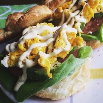 卵、アボカド、サラダ菜、トマトを挟んだボリューム満点のクロワッサンのオープンサンド。クロワッサンは軽くトースターで温めると、サクサク食感が楽しめます。見た目にもお洒落で、おうちでカフェ気分が味わえちゃいます♪
