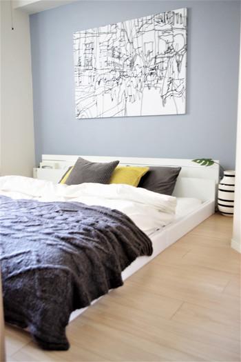 同じお部屋でも、アクセントにマスタード色のクッションを置くと一気に違った雰囲気に。印象的な色が入っても、壁や絵、クッションやスローなどの色を統一させているから、うるさい印象にはならないんですね。グレー×マスタードはとても相性の良い組み合わせ。