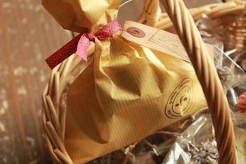 袋の口にぐるりと巻いてあげると見栄え良く仕上がります。ラッピングタイはほかにもコードをまとめたり、お菓子の袋の口を閉じたりといろいろな使い方ができます。