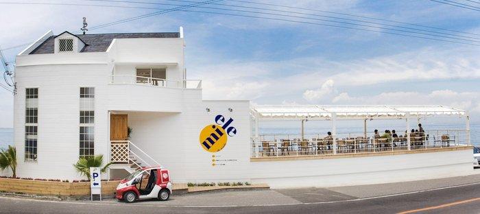次は海辺のテラスカフェ「miele(ミエレ)」。せっかく島にきたのだから海辺でお食事を楽しみたい!そんな願いを叶えてくれるお店です。