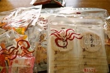 淡路島の名物「たこせんべい」。様々な種類のせんべいを試食しながら購入出来るのが「たこせんべいの里」です。お菓子にもおつまみにもグッドチョイスなお土産です。淡路島に行くというと頼まれることもしばしば。