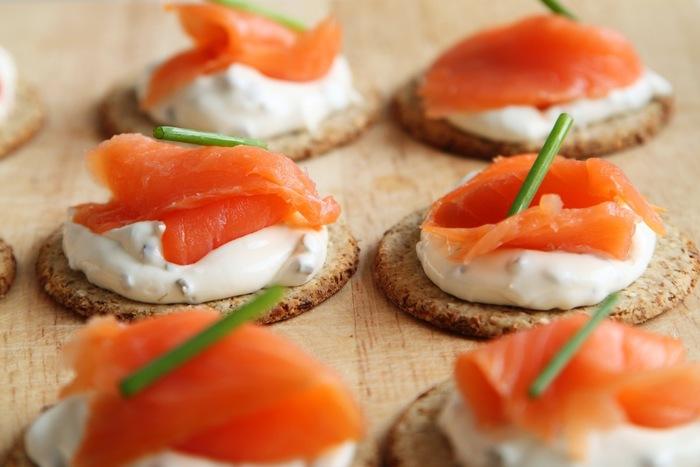 「カナッペ」とは、土台となるパンやクラッカーなどをベースに、ディップなどのクリーム素材とフルーツや魚介類、お野菜などのトッピングパーツをのせた小さなグルメです。