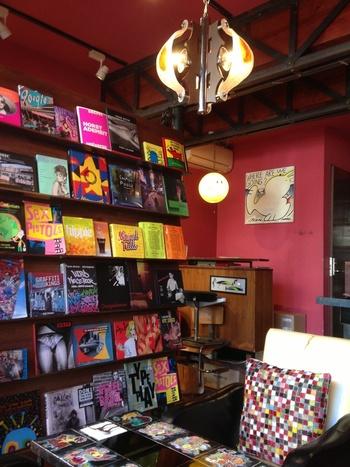 原宿駅と北参道駅の真ん中、神宮前一丁目交差点の近くにあるお店。アート、ファッション、音楽に関する洋書が豊富で眺めているだけで楽しいお店です。