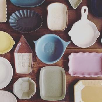 「よしざわ窯」という窯元がつくる益子焼。その器たちはひとつひとつがこだわりのある愛らしいデザインで、眺めているだけでつい幸せな笑みがこぼれます。