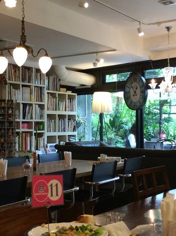 以前は千駄ヶ谷にあったBOOKカフェ『ビブリオテック』が移転リニューアルしたお店。 御茶ノ水駅から駿台予備校の横を歩いていくと地下への入り口が見えてきます。店内には、6000冊近くある本を保管している本棚を中心にオシャレな図書館という感じです。