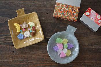 色とりどりの「落雁」とまるで宝石のような「琥珀糖」。それに、寄木細工をイメージした和模様の器がぴったりです♪小さなサイズ感も、お茶菓子として出すのにぴったりなサイズですね。
