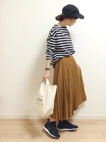 ロングのプリーツスカートも取り入れたいアイテム。女性らしいスカートをキャップやスニーカーでほどよくカジュアルダウン。