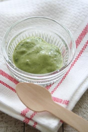 バジルの緑が美しいマヨネーズディップ。バジルをすりつぶす際、塩を少し入れるとすりやすく、ペースト状になりやすいそうです。野菜スティックや、温野菜をディップしたり、オリーブオイルでのばして、ドレッシングにするのもおすすめです。