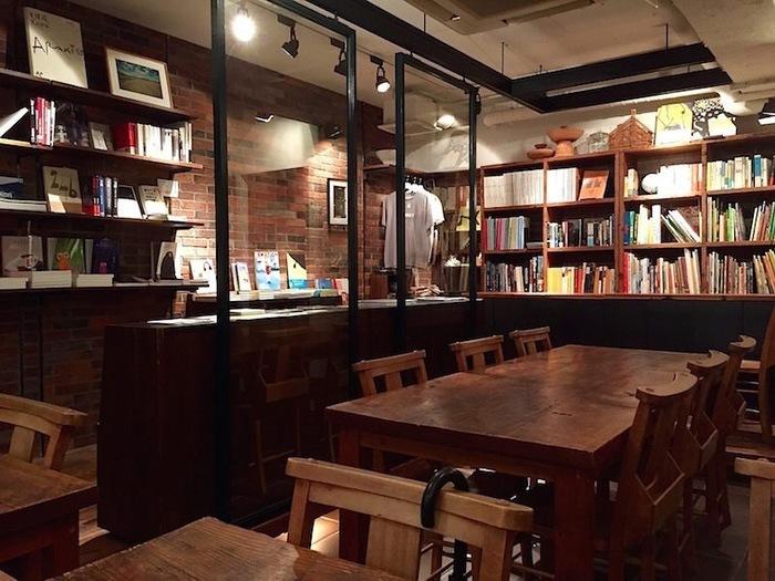 表参道駅から住宅街を歩いて12分ぐらいのところにある雑誌「Switch」の本とコーヒーのお店です。 店内にはお店の名前、雨にちなんだ本をはじめ、旅を題材にした本や、洋書や和書の新旧の絵本、写真集などが数多く揃っています。