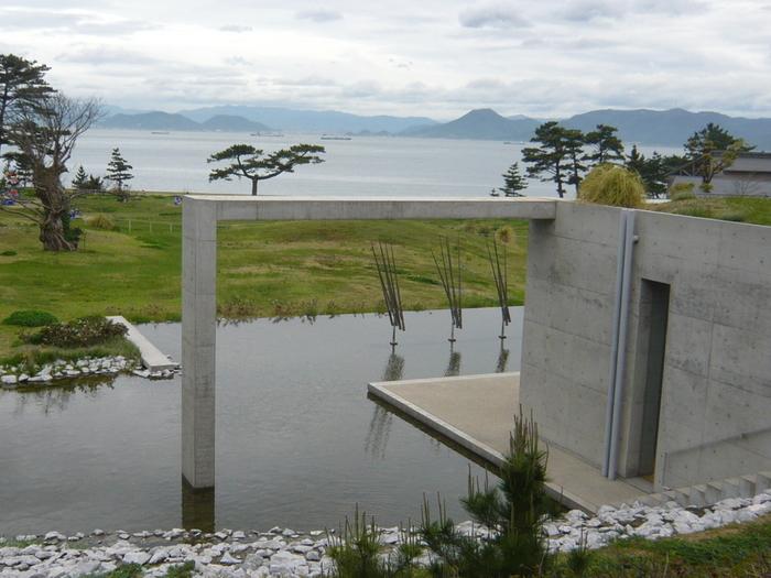 直島の中核施設となっています。 設計は、安藤忠雄氏。 現代美術館に宿泊施設が併設しています。
