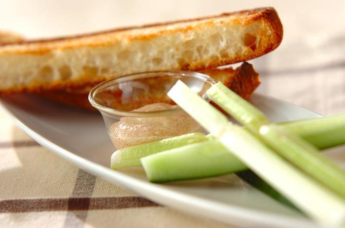 明太子、レモン汁、マヨネーズを混ぜるだけの簡単ディップは、間違いなしの美味しさです。生野菜は勿論、ふかしたじゃがいもや、ガーリックトーストに合わせると、とっても美味ですよ!