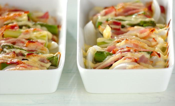 耐熱皿にグリーンアスパラ、新玉ねぎ、ベーコンをのせ、マヨネーズをかけたらトースターで焼くだけの簡単レシピ!自家製のマヨネーズは、お野菜本来の美味しさを引き立ててくれます。