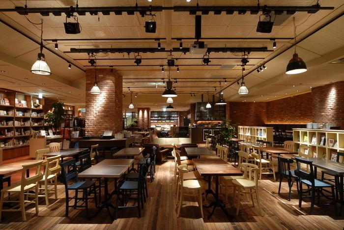 ブルーノートジャパンがプロデュースしたカフェ。本、音楽、食が融合した店舗ではブルックリンの雰囲気を楽しみつつ、食事と本が楽しめます。定期的にジャズ演奏が開催されるので、まさに本・音楽・食の融合が楽しめるお店です。