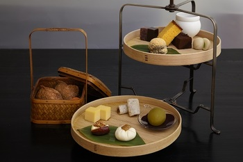 優雅な気分でちょっと贅沢をしたい時に、おすすめなのが、「茶間食(さまじき)」。軽い食事と和菓子・日本茶の味わえる和のアフタヌーンティーです。 ■お茶二種 ■一の盆 いなり寿司 ■二の盆 間食 ■三の盆 和菓子いろいろ