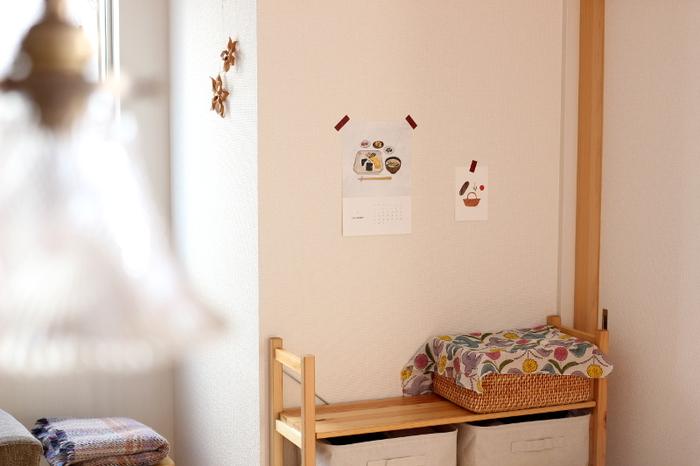 ポストカードやポスターだけではなく、カレンダーやメモなどを貼るのもいいですね。壁紙がはがれてしまうことがないので、賃貸のおうちでの壁面装飾にはありがたいアイテムです。