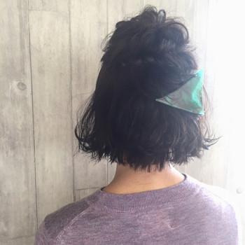 トップの髪をくるりんぱして、毛先をねじりあげるようにして三角クリップで留めています。ドラマで石原さとみさんが使ったことで有名になった三角クリップ。存在感があるので、ひとつ持っていると、いつものアレンジに飽きたときにさっと雰囲気をチェンジすることができます。