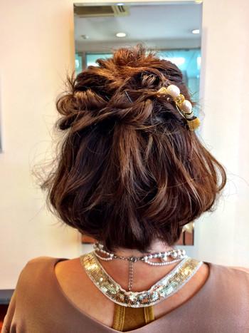 つむじ周りをくるりんぱしてベースを作り、サイドとバックをねじりながらピンで留めていきます。重めの毛先は細いヘアアイロンでミックス巻きにしてボリュームを出します。ゴージャスなヘアアクセをアクセントにつければ、結婚式にもおすすめの華やかなハーフアップが完成です。