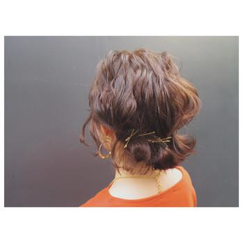 ぐっと勢いのある外ハネのくぼんだところにピンをもってきて、きゅっとまとめました。ナチュラルなまとめ髪に見えるので、エレガントな装いにもよく似合います。