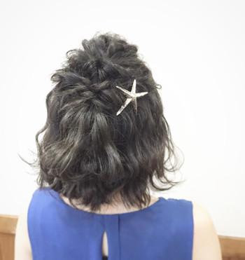 ハーフアップにはひとでのヘアアクセをプラスすると途端に夏のコーデの雰囲気が漂います。人魚のような艶やかな髪に映えるヘアアクセですね。