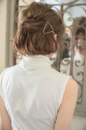毛束を無造作にハーフアップにしたところをゴールドピンを三角にして留めました。大きなヘアアクセサリーを持っていなくても、ピンで自在に形を作ることができるということを知っておくと便利ですよ♪