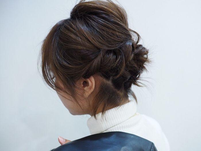 短めのボブでもクールな雰囲気のアップスタイルが出来上がります。掬い取った髪をねじるようにして毛束ごとにピンで留めていきます。襟足のおくれ毛がなんともいえない味わいを出しています。