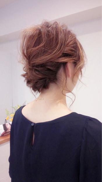 明るめカラーの髪色には、エアリーなアップスタイルがマッチしますね。サイドをねじりながらまとめていきますが、最後にすこしほぐしてラフにするのがポイントです。