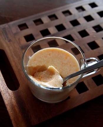 """手作りの「柿ジャム」から作ったパンナコッタです。柿がたくさん手に入った時に""""柿ジャム""""をまとめて作っておくと、サラダのドレッシングなどお料理にも使えて便利♪"""