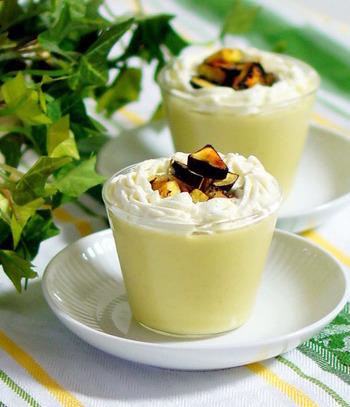 なめらかになるまでマッシュしたサツマイモで作ったプリンは、食物繊維がたっぷり。トッピングの生クリームとキャラメリゼしたお芋も美味しそう♪