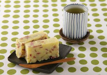 """サツマイモを皮ごと使った日本の伝統スイーツ""""いもようかん""""。わずかな砂糖と塩だけで味付けをした素朴な甘さは、子どものおやつや小腹が空いた時にピッタリ◎"""