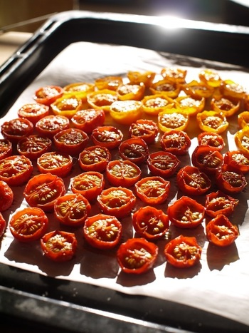 たくさんカットしたミニトマトを並べて、オーブンで焼いて乾かすだけでおしゃれで美味しいドライトマトの出来上がり★