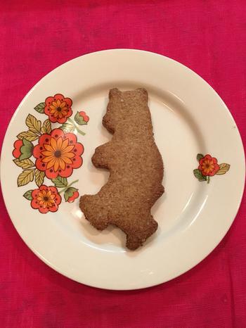 可愛いくまの形をした全粒粉のクッキー。 噛めば噛むほど深い味わいとプチプチとした食感が人気のクッキーです。
