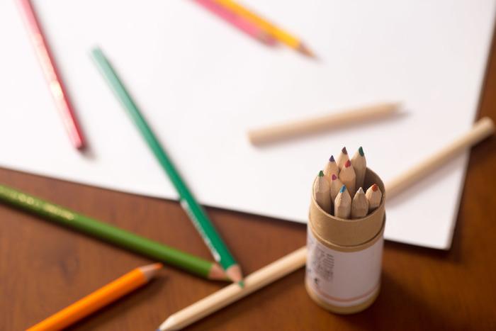 プラバンの着色方法にはさまざまな種類がありますが、すりガラスのようなふんわりとした質感を表現する際は、色鉛筆またはパステルを使うのがおすすめです。プラバンにヤスリをかけたことによって、色鉛筆やパステルでもしっかりと色を付けられるようになっています。また、プラバンは焼くと色がかなり濃くなるので、やさしく薄く着色するのがポイントです。