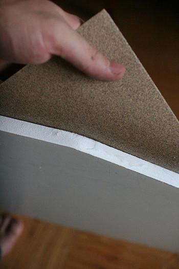 次に、カットしたプラバンの両面に紙ヤスリをかけていきます。この作業によってすりガラスの質感が作られるので、プラバンが白くなるまで丁寧にヤスリがけをしましょう。