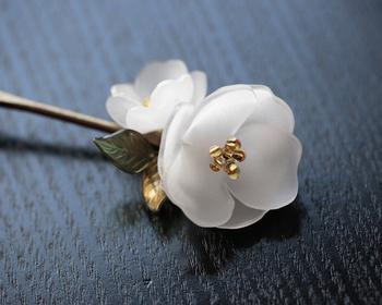 立体的なお花を2枚重ね、繊細で美しい椿のかんざしに。花の中心にはガラスビーズを使用しているそうです。プラバンで作ったとは思えないほど、上品で高級感のある作品ですよね。